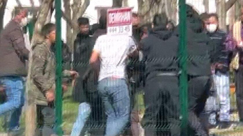 İstanbulda çocukların kavgasına aileleri karıştı: Bir genç boğazından bıçaklandı