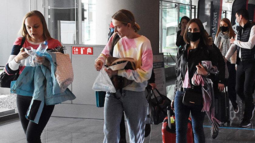 Rus turistler koronavirüs sürecinde güvenli buldukları Türkiyeye gelmeye devam ediyor