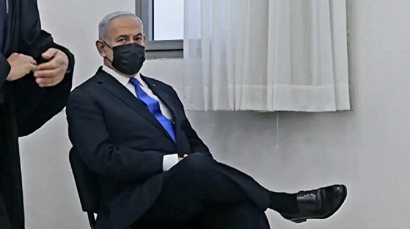 Yolsuzluktan yargılanan Netanyahuya bacak bacak üstüne poz tepkisi: Ciddiyetsiz Bibi