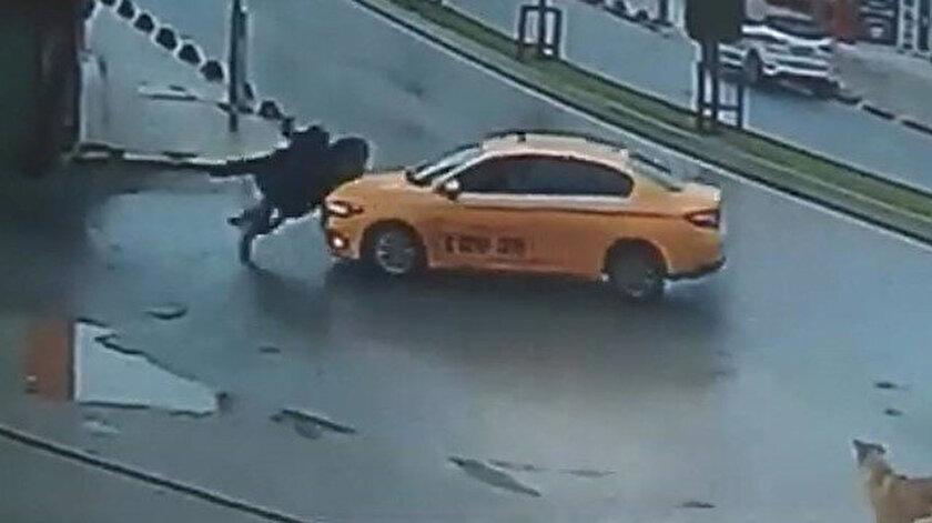 İstanbul Arnavutköyde yolun karşısına geçen iki kadına taksi çarptı