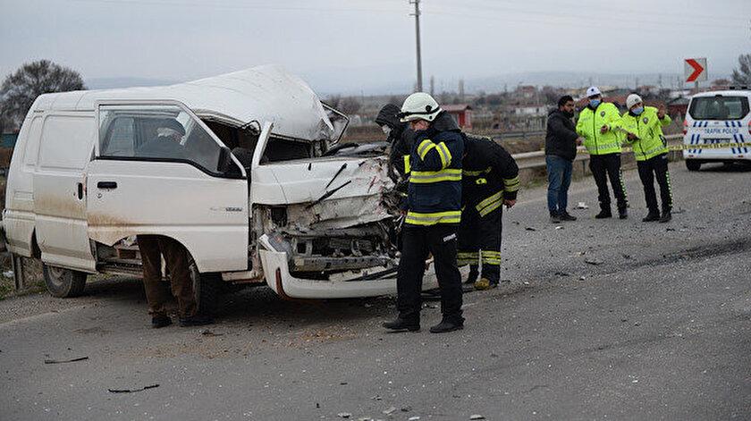 Eskişehirde minibüs ile kamyonet çarpıştı: 7 kişi yaralandı