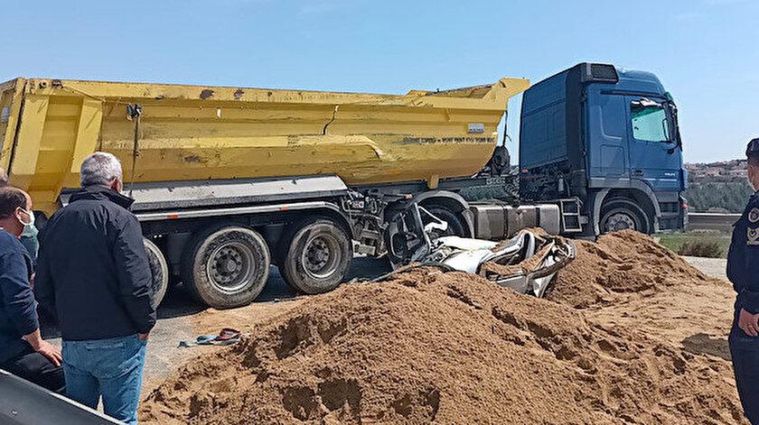 TEMde feci kaza: Toprak dolu kamyon otomobilin üstüne devrildi