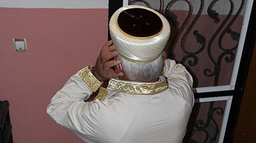 Apartman sakinleri daire kapılarını açık bırakarak duydukları imamın eşliğinde ilk teravih namazını kıldı