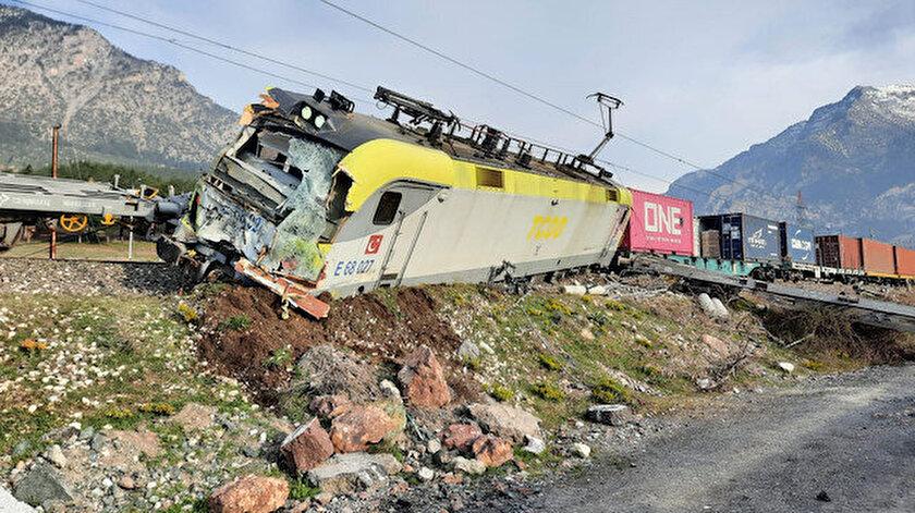 Adanada aynı istikametteki iki yük treni çarpıştı: 2 makinist yaralı