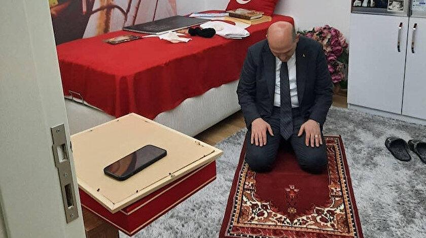Bakan Soylu Tabuta Sığmayan Şehidin ailesiyle iftar yaptı: Kahramanın seccadesinde namaz kıldı