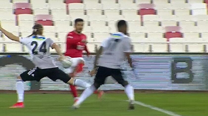 Sivasspor-Beşiktaş maçında olay çıkartan pozisyon: VARdan uyarı gelmedi