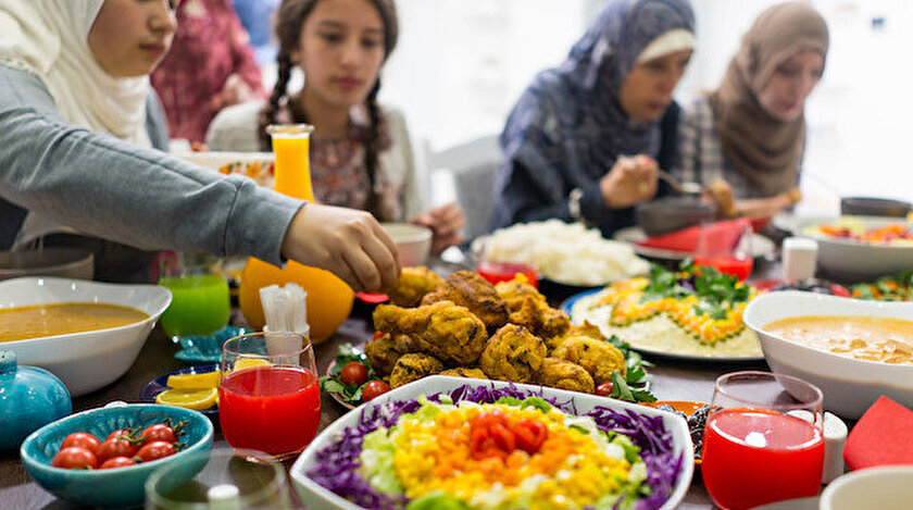 Fransada Müslüman öğrenciler ramazanın bereketini arkadaşlarıyla paylaşıyor