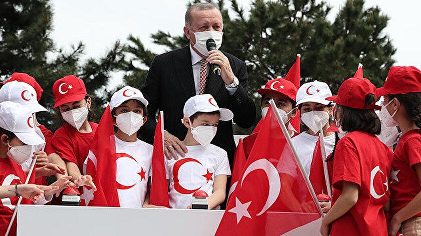 Türkiyenin en büyük bayrağı Erdoğanın katılımıyla göndere çekildi