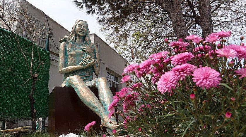 CHPli Bozcaada Belediyesinden üzüm temalı heykel açılışı