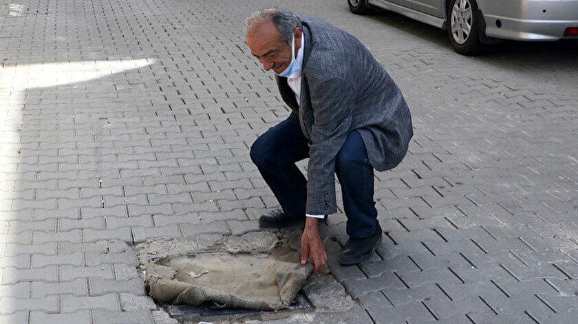 CHPli Bornovada kokudan durulmuyor: Mahalleli çözümü mazgallara halı ve kilim örtmekte buldu