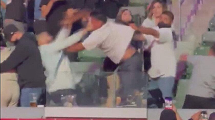 Boks maçını izlemeyi bırakıp yumruk yumruğa kavga ettiler