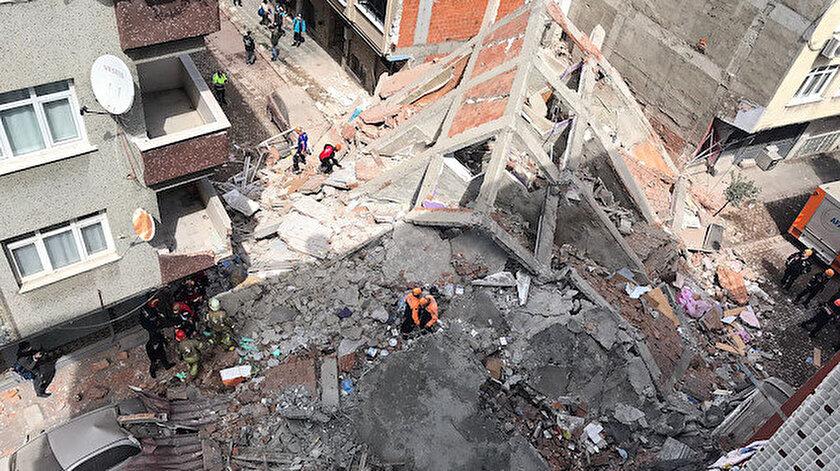 Zeytinburnunda boşaltılan 5 katlı bina çöktü: Yıkılma anı kamerada