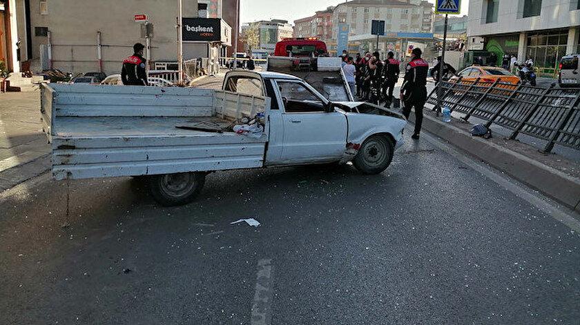 Pendikte feci kaza: Pikap otobüs durağına çarptı, 2 si çocuk 4 kişi ağır yaralandı