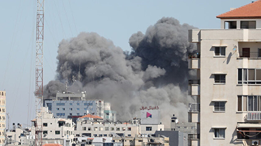 Terör devleti İsrail Gazzede uluslararası televizyonların da bulunduğu 13 katlı binayı yerle bir etti