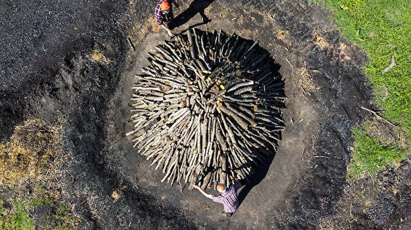 Bilecik haber: Toprak ve yaprakla üzerini kapattıkları meşe odunlarını mangal kömürüne dönüştürüyorlar