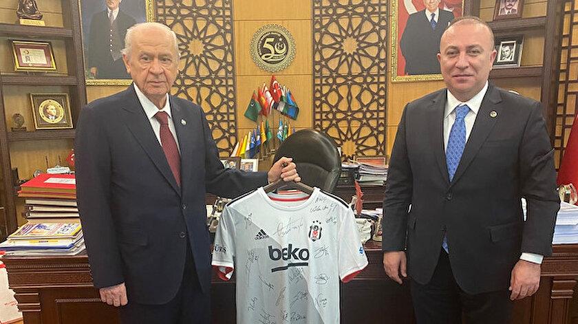 MHP Genel Başkanı Bahçeliye imzalı Beşiktaş forması hediye edildi