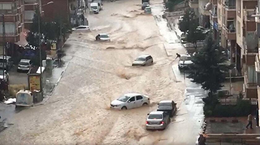 Ankarada sağanak sele döndü: Araçlar sürüklendi