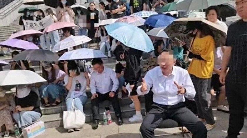 Fakültelerinin meslek okuluyla birleştirilmesini istemeyen Çinli öğrenciler dekanı alıkoydu