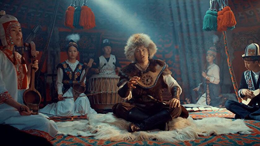 Kırgız sanatçı Turdakun Niyazaliyezden Büyük Türkiye marşı
