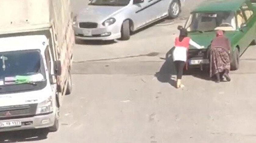 Yolda kalan aracın imdadına kağıt toplayıcısı kadın yetişti