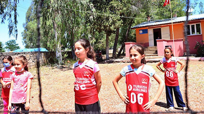 Soğan çuvalından file yaparak voleybol öğrendiler: Bu kızların en büyük hayali A Milli Takım forması giyebilmek