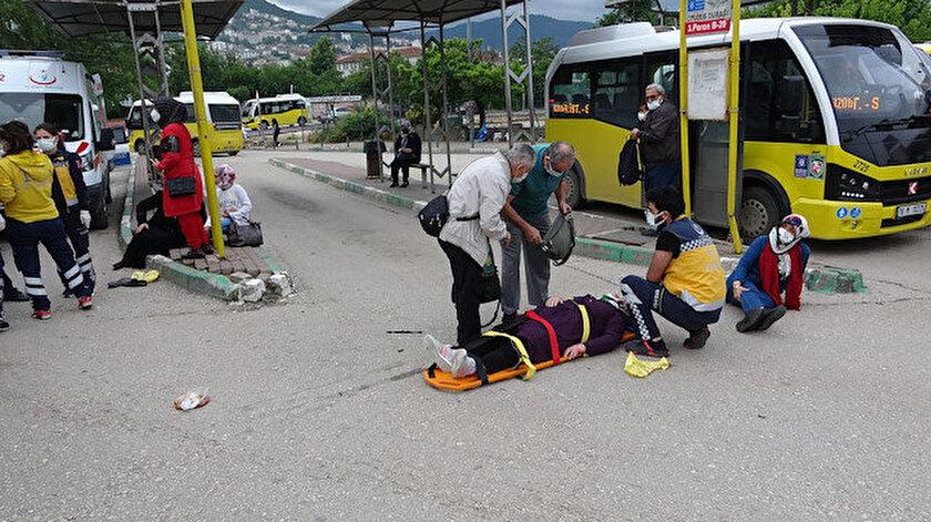 Aşırı hız yapan otomobil otobüs durağına daldı: 5 yaralı var