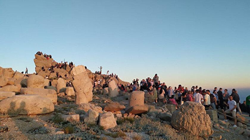 Güneşin doğuşu ve batışının dünyada en güzel izlendiği Nemrut Dağına turist akını: Bir günde bin 600 ziyaretçi