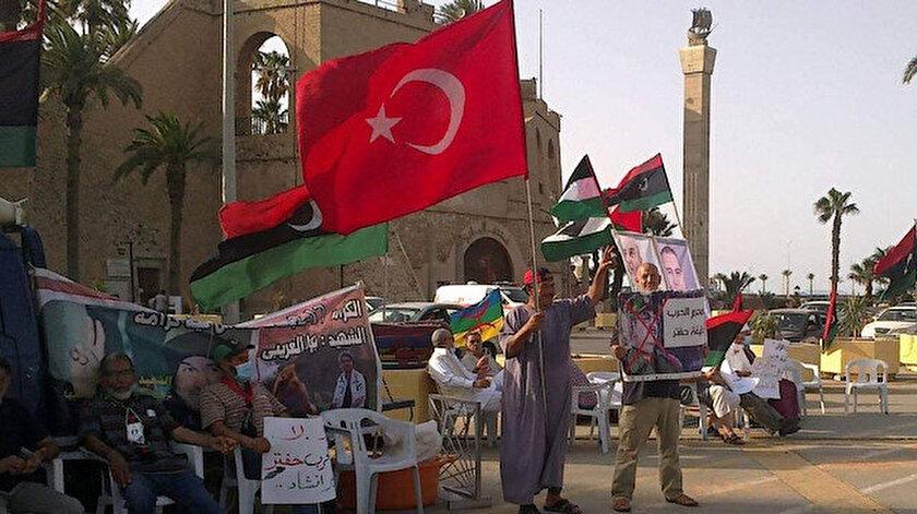 Hafterin provokasyonuna karşı Libyalılardan Türk bayraklı dayanışma gösterisi