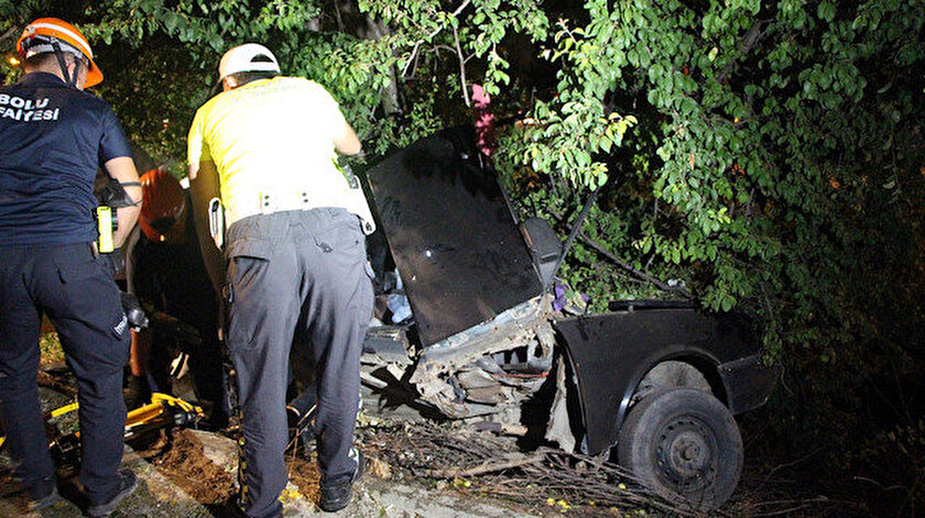 Bolu haberleri: Ağaca çarpan otomobil ikiye katlandı sıkışan sürücü bir saatte kurtarıldı