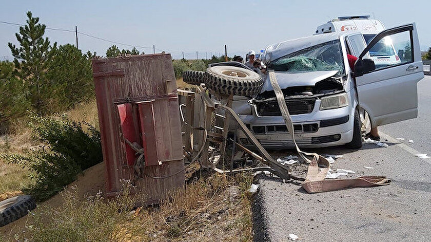 Afyonkarahisarda minibüs römorka çarptı: 7 kişi yaralandı