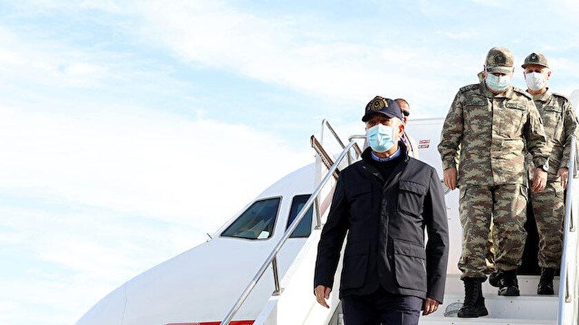 Son dakika haberi: Bakan Hulusi Akarın bulunduğu uçağın camı kuş çarpması nedeniyle çatladı Adanaya acil iniş yaptı