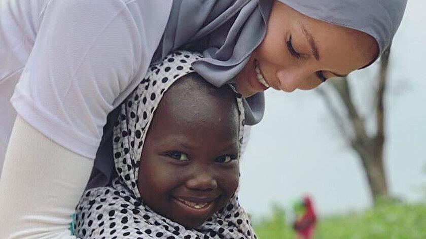 Yıllardır memleketinden uzakta bayram geçiren Gamze Özçelik yine Afrikalı yetimlerin yüzünü güldürdü