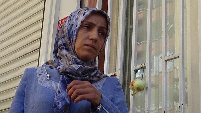 HDPliler oğlun gelirse soğan takıp eşek gibi anıracağız demişti: Ayşegül Biçer HDP binasına soğan astı