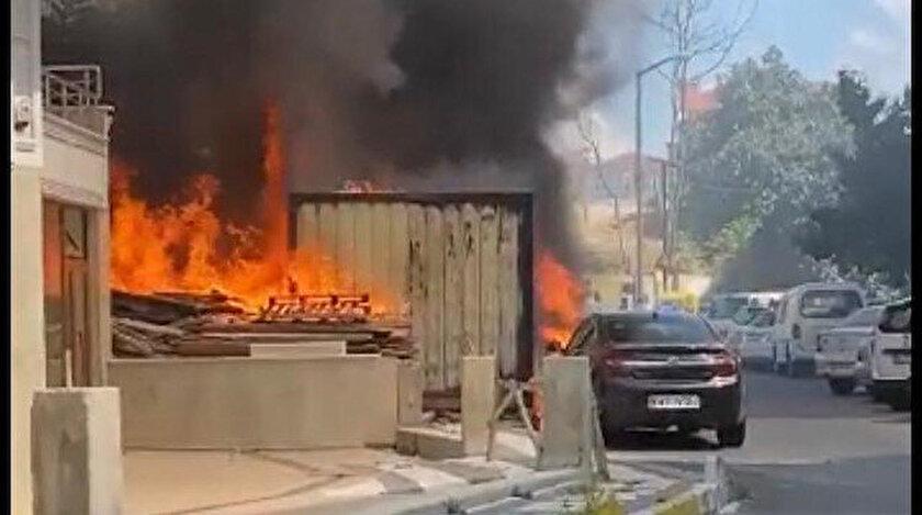 İstanbul Şişlide konternerde yangın çıktı: İki otomobil hurdaya döndü