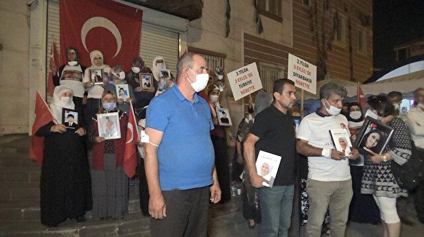 Evlat nöbetindeki ailelerden HDP binasına dev Türk bayrağı: Hiçbir güç bizi yıkamaz