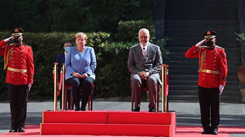 Almanya Başbakanı Merkelin titreme nöbetine sandalyeli önlem: Arnavutluk'taki resmi törene oturarak katıldı