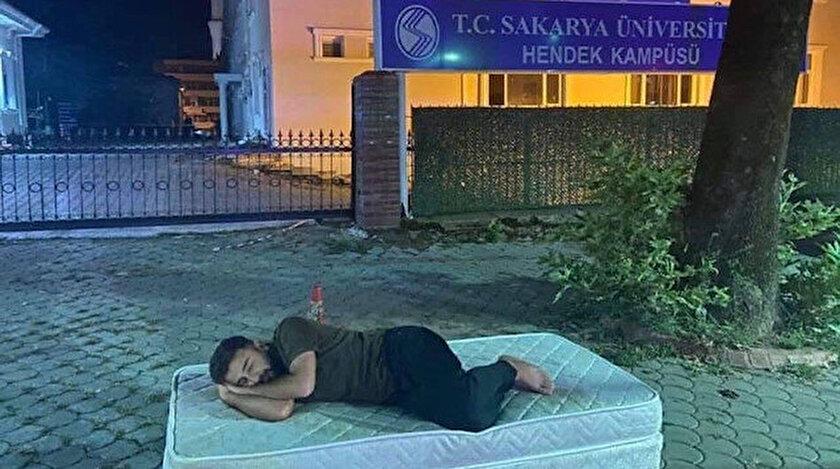 Sakaryadaki yüksek kira fiyatlarını protesto eden öğrenci kampüsün kapısına yatak koyup yattı