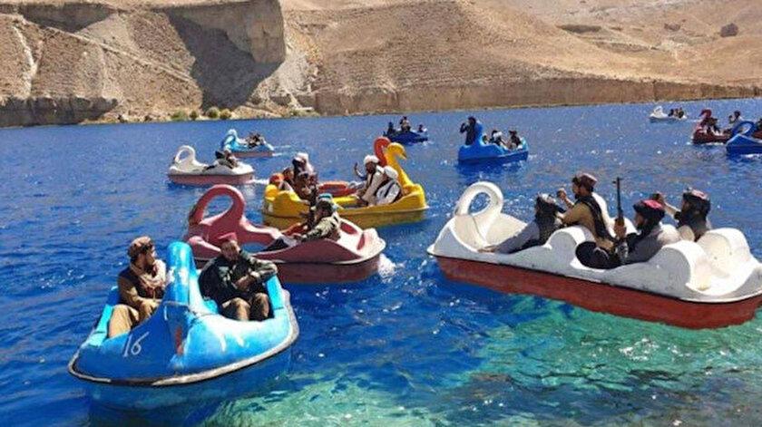 Dünya bu görüntüleri konuşuyor: Taliban üyeleri Pyanj nehrini deniz bisikletleriyle geçmeye çalıştı