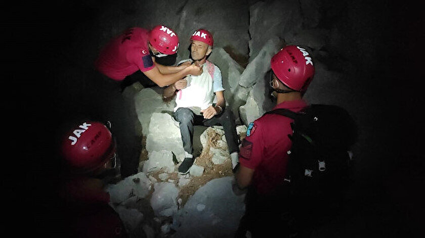 Jandarma Antalyada kaybolan Litvanyalı turisti dağlık alanda buldu