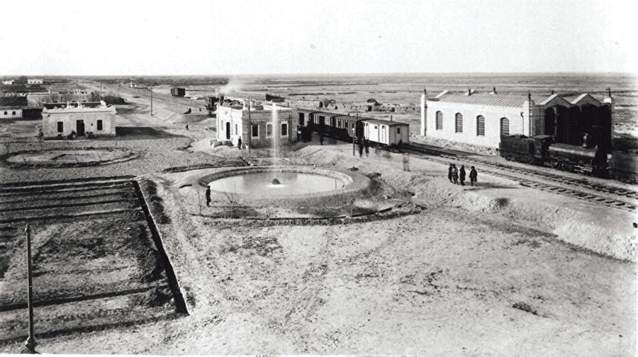 İstasyonda yolcular… 1890'larda Trans-Hazar demiryolu üzerindeki Bahmi istasyonuna ait bu fotoğrafta tek tük yolcular göze çarpıyor.