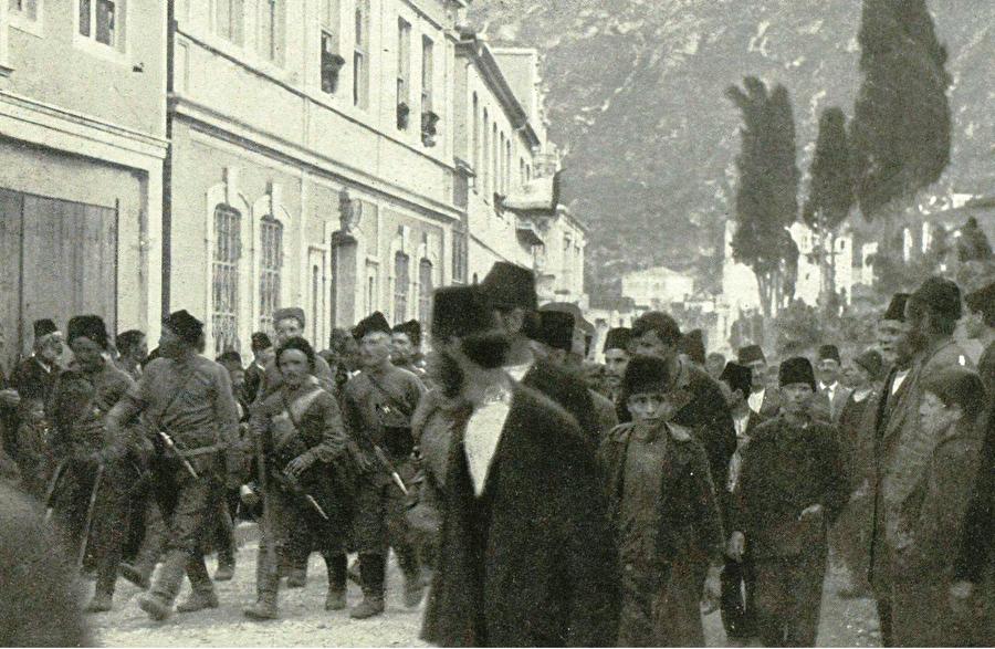 İstilacılara 'hoşgeldin' karşılaması Rus birlikleri Arafilboyu tarafından Trabzon'a giriyor. Şehrin Müslüman ahalisi memleketlerini terk ederken, gayrimüslimler Rus istilacıları coşkuyla karşılamıştı.