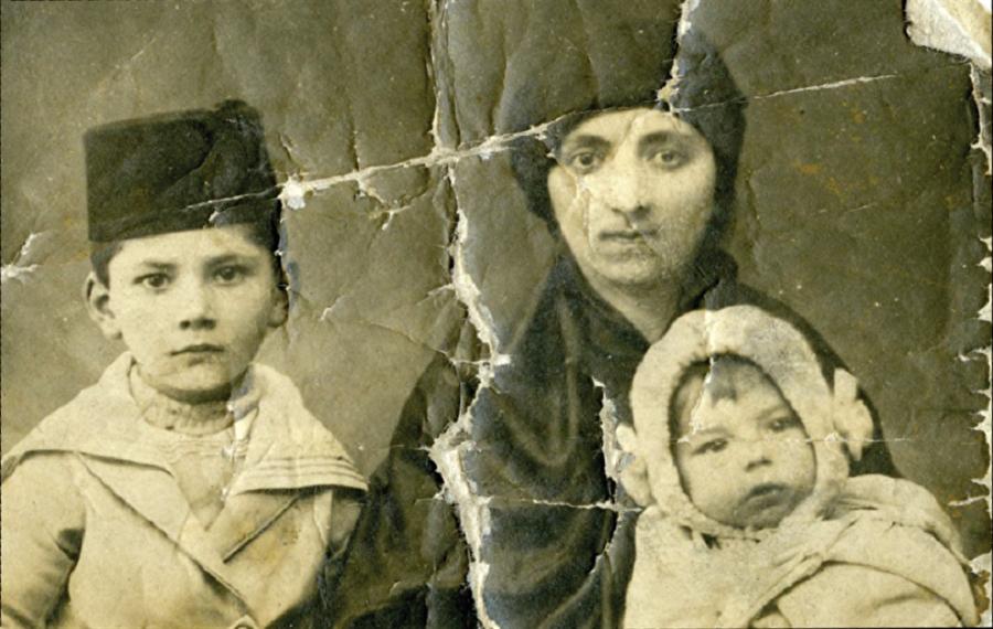 Göç öncesi son kare Trabzon'un Ruslar tarafından işgalinin ardından halkın memleketlerini, mal-mülklerini arkada bırakarak göç etmekten başka çaresi kalmamıştı. Trabzonlu muhacir ailelerden bir anne ve çocukları.