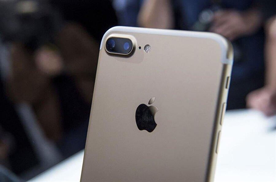 iPhone 7 Plus, çift kamera sayesinde portre modunda arka planı ana konudan ayırarak fark yaratıyor.