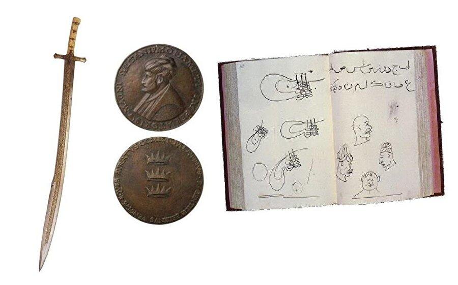 Madalyonun iki yüzü Fatih'in meşhur portrelerinden birinin de sahibi olan Gentile Bellini tarafından yapılan yukarıdaki bronz madalyon, 9,3 cm. çapında olup Oxford Ashmolean Museum'da bulunmaktadır.-Fatih Sultan Mehmed'in çocukken yaptığı resim ve yazı çalışmalarını ihtiva eden, yukarıda bir sayfasını gördüğünüz defter Topkapı Sarayı Müzesi'nde muhafaza edilmektedir. Gelenekli Türk sanatlarının günümüze ulaşmasında büyük pay sahibi olan 'hezarfen' Ord. Prof. Dr. Süheyl Ünver tarafından Topkapı Sarayı'nda bulunup 1961 yılında Fatih'in Çocukluk Defteri adıyla yayınlamıştı. Tarihseverleri şaşırtan, bir o kadar da heyecanlandıran bu defteri görmek isteyenler Panaroma 1453 Tarih Müzesi'ni ziyaret edebilirler.