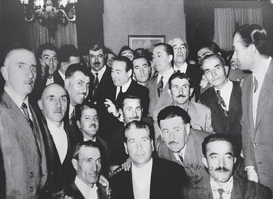1959'da Adnan Menderes'in verdiği bir davette DP milletvekilleri ile çektirdiği bir fotoğraf... Menderes'in hemen yanında Refik Koraltan var. Beyhan Apaydın'ın babası sağda arkada görülüyor.