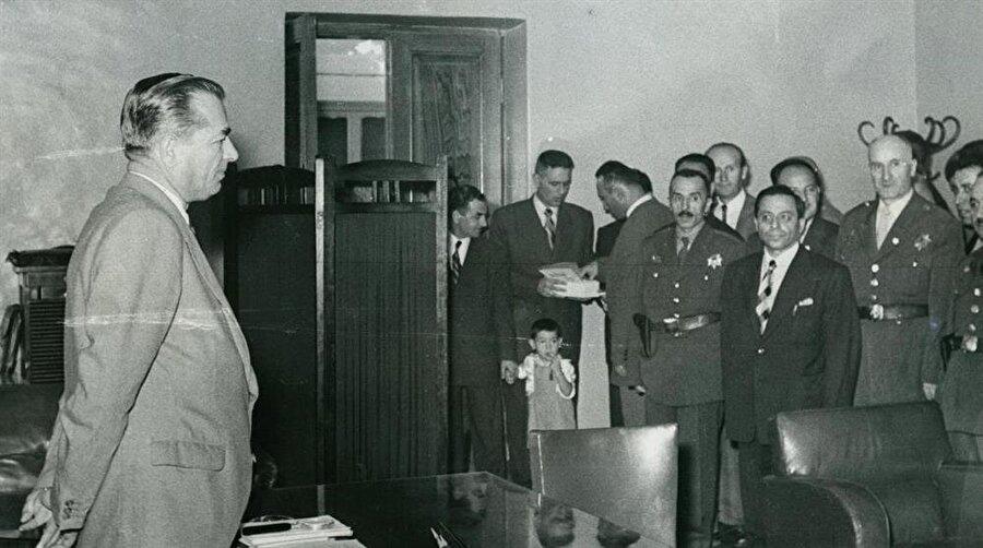 Darbenin götürdükleri Faruk Oktay 1958'de Ankara Emniyet Müdürlüğü döneminde (üstte) ve 1960'ta Yassıada'daki yargılanma günlerinde... İki yıl öncesinin fotoğrafıyla karşılaştırıldığında maruz kaldığı asılsız suçlamalar ve yargı süreci kendisini oldukça yormuş ve yıpratmış görünüyor.