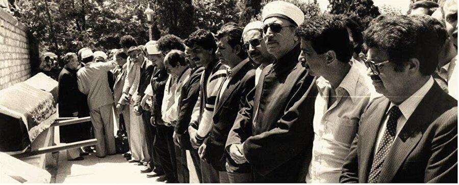 Necip Fazıl'ın cenaze namazı Fatih Camii'nde mahşerî bir kalabalık tarafından kılınmıştı. Katılanlar arasında kısa bir süre sonra başbakan olacak Turgut Özal da vardı.