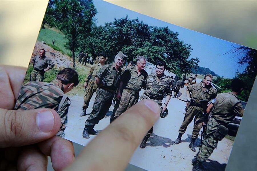 """Yunan Gönüllüleri Muhafızları'ndan üst düzey asker """"Antonije""""nin (sağda), """"Bosna Kasabı"""" olarak tanınan Ratko Mladic (ortada)"""