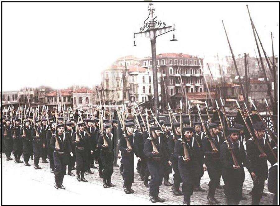 Son Osmanlı Meclis-i Mebusanı, İstanbul'un 16 Mart 1920'de işgali sırasında İngiliz askerleri tarafından basılmış, 18 Mart'ta da faaliyetlerine ara vermişti. İngiliz işgal kuvvetlerinin İstanbul'da Galata Köprüsü'nden geçişi.