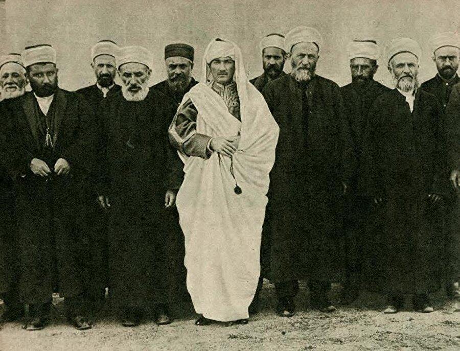 Mustafa Kemal ilk günlerde Meclis'te ekseriyeti teşkil eden sarıklı mebuslara, kendisine de Trablusgarp'ta onlarınkine benzer bir kisve hediye edilmiş olduğunu söylemiş ve birlikte fotoğraf çektirmişti.